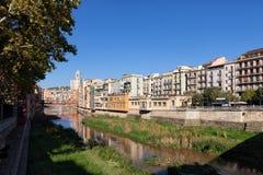 Girona pejzaż miejski Wzdłuż Onyar rzeki Fotografia Stock