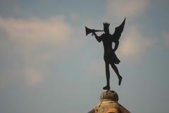 GIRONA, SPAGNA - MAGGIO 2016: Un segnavento con la statua del troubado Fotografia Stock Libera da Diritti