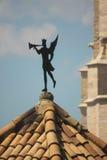 GIRONA, SPAGNA - MAGGIO 2016: Un segnavento con la statua del troubado Immagine Stock