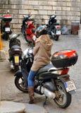 Spanisches Mädchen auf dem Moped Lizenzfreie Stockbilder