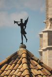 GIRONA, SPANJE - MEI 2016: Een windwijzer met standbeeld van troubado Stock Afbeelding
