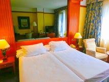 Girona, Spanje - September 5, 2015: Het mooie lege bed bij hotel Melia Girona 4 sterren Stock Fotografie