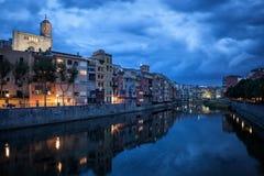 Girona stad på skymning Arkivfoto