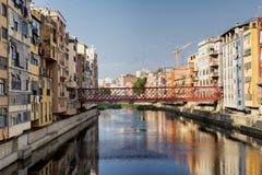 Girona & x28; Catalunya Spain& x29; hus längs floden Royaltyfri Fotografi