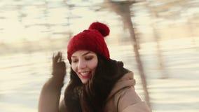 Giros de la muchacha, riéndose de la cámara Invierno, nieve metrajes