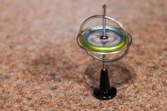 Giroscópio do brinquedo que equilibra em um ponto fotografia de stock royalty free