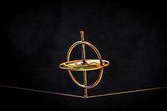 Giroscópio do brinquedo que equilibra em uma linha imagem de stock