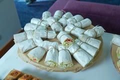 Giroscópios com carne no pão árabe no espeto do doner com carne, as batatas fritadas e os vegetais no close-up do pão do pão árab imagem de stock royalty free