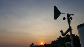 Girouette avec le coucher du soleil, indicateur de sens du vent photographie stock libre de droits