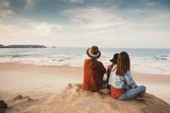 Girs appréciant un jour sur la plage Photos libres de droits