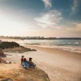 Girs die van een dag op het strand genieten Royalty-vrije Stock Foto