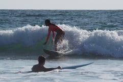 Girsl del surfista della spiaggia di Venezia fotografie stock