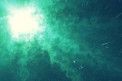 Gisement d'étoile d'univers dans l'espace lointain avec la nébuleuse beaucoup d'années lumière loin de la terre Fond coloré rendu Image stock