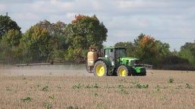 Gisement de chaume agricole de jet de machine pr?s des arbres d'automne 4K banque de vidéos