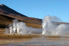 Gisement de geyser avec le volcan à l'arrière-plan, Chili Photo stock