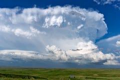 Gisement de nuage d'orage de cumulonimbus et d'herbe verte photos libres de droits