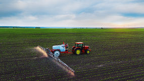 Gisement de pulvérisation de tracteur au ressort Photos stock