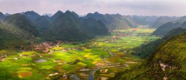Gisement de riz en vallée autour avec la vue de panorama de montagne en vallée de Bac Son, Lang Son, Vietnam Photographie stock