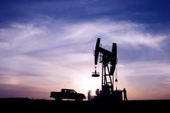 Gisements de pétrole de lever de soleil Photo stock