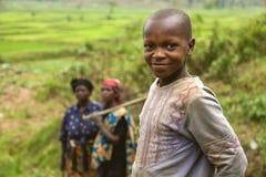 GISENYI, RWANDA - 8 DE SEPTIEMBRE DE 2015: Mujeres y niño no identificados Imagen de archivo libre de regalías