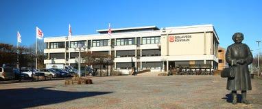 GISLAVED, ZWEDEN - 26 FEBRUARI 2019: Gemeentezaal in het centrum van Gislaved met het beeldhouwwerk van Svenska Tanten op het rec royalty-vrije stock afbeeldingen