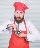 Gissing welk ik kookte Wat onder deksel is Heerlijke maaltijdpresentatie De Hautekeuken kenmerkte uiterst nauwgezette voorbereidi stock foto