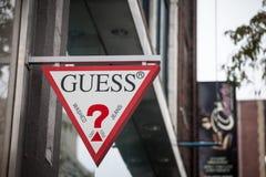 Gissingsembleem op hun hoofdwinkel voor Montreal, Quebec De gissing is een Amerikaanse wereldwijd uitgespreid merk en een detailh stock foto's