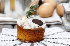 Gistcake met suikerglazuur stock foto