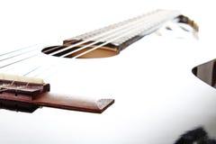 Gitaar artsy POV achtergrond Muziekillustratie Zwart-witte gitaarclose-up stock foto