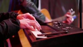 Gitaar en Elektrische piano bij een Overleg stock video