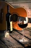 Gitaar en Wijn op een houten lijst romantisch diner stock foto's