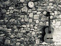 gitaar, klok, steenmuur Stock Afbeeldingen