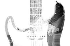 Gitaarspeler en gitaarsilhouet in dubbel blootstellingseffect binnen stock afbeelding