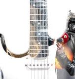 Gitaarspeler met een open gitaar binnen geval en een gitaarsilhouet Stock Foto's