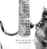 Gitaarspeler met een open gitaar binnen geval en een gitaarsilhouet Royalty-vrije Stock Fotografie