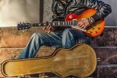 Gitaarspeler met een open gitaargeval stock fotografie