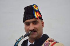 Gitano que canta villancicos rumanos tradicionales en el saxofón Fotos de archivo