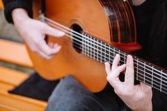 Gitara akustyczna i akordy zamkniętych inżynierii equpments fabryczny wizerunku olej piszczy rafinerię fabryczny Zdjęcia Royalty Free