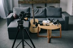 gitara akustyczna i kamery z drewnianym stołem zdjęcia stock