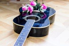 Gitara akustyczna kłaść na łóżkowym niskiego kąta strzale od dna z plektronem na ciele zdjęcie stock