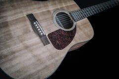 Gitara Akustyczna na czerni 1 Obrazy Stock