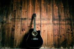 Gitara akustyczna na drewnianej teksturze z kopii przestrzenią dla teksta Muzyki i czasu wolnego pojęcie Gitara przeciw drewniane Obraz Stock