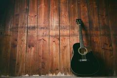 Gitara akustyczna na drewnianej teksturze z kopii przestrzenią dla teksta Muzyki i czasu wolnego pojęcie Gitara przeciw drewniane Obraz Royalty Free