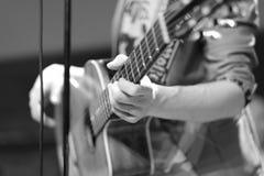 Gitara akustyczna na scenie wśród instrumentów muzycznych Zdjęcie Stock