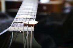 Gitara akustyczna z plektronem zdjęcia stock