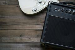 Gitara amplifikator i gitara elektryczna na drewno stole Fotografia Royalty Free