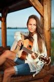 gitara bawić się summerhouse kobiety zdjęcie stock
