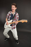 gitara elektryczna bawić się nastolatka fotografia stock