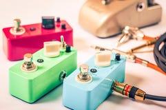 Gitara elektryczna chodzi tupiąc efektory i kable w studiu Ostrość jest na forehanda przełącznikowym pudełku Obraz Royalty Free