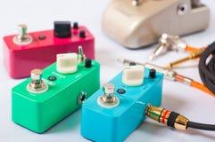 Gitara elektryczna chodzi tupiąc efektory i kable w studiu Ostrość jest na forehanda przełącznikowym pudełku Fotografia Stock